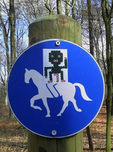 Alien-Sticker auf Reitwegschild