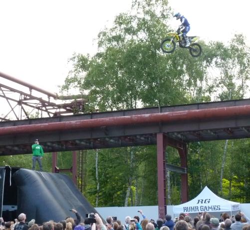 Fast unglaubliche artistische Motorradsprünge  im Freestyle-Motocross