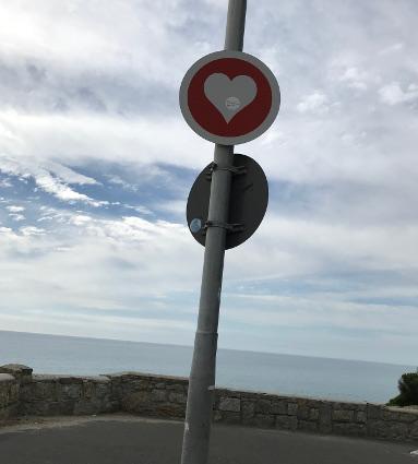 Herzschild in Kapstadt; Herzverkehrsschild an einem Pfahl