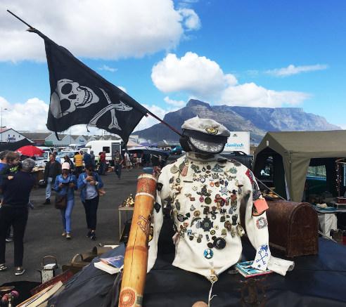 Figur mit Tafelberg im Hintergrund
